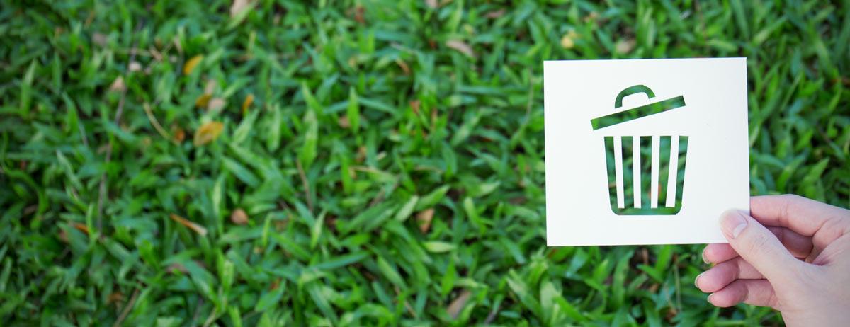 kaart met prullenbak op een achtergrond van gras