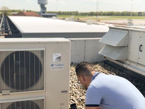 adviseur bij installatie op het dak
